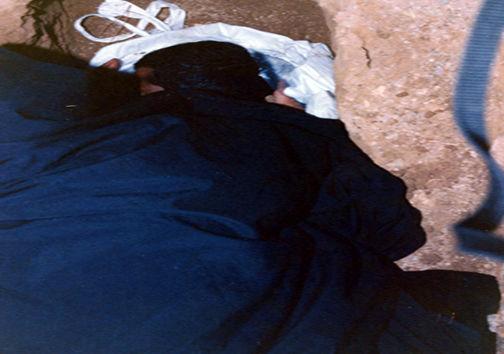 عکس/مادری که تنها پسرش را درون قبر گذاشت