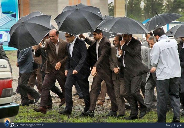 عکس/ وزیر بهداشت زیر باران شدید همدان